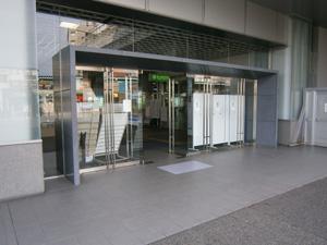 JR・駅玄関(雨の日のすべり止め・転倒防止に)