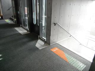 点字ブロックのように使える床サイン「アイ・ロード」を導入 大学施設や公共施設で増えているこちらの床サイン「アイ・ロード」。点字ブロックのように凹凸があるのが特徴で、健常者だけでなく、色弱の方、目の不自由な方にも使えるユニバーサルデザインとなっています。マークや階数などの表記は健常者に対して、そして点字ブロックの凹凸は部分は、一時停止や段差などのサインとして案内できます。また、色弱の方にも判断できる様、色差をはっきりつけています。 各階ごとの床サイン「アイ・ロード」は統一感を持たせて 階段やエレベーター、エスカレーター、室番号などは、各階ごとに、色を決めて、統一感を持たせています。