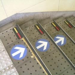 三栄商会 床サイン サンエイエアー 福井 駅 方向指示 床標識